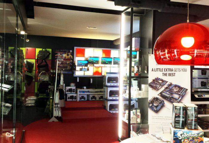 Interior de la nostra botiga - Zona de monitors, impressores i portàtils